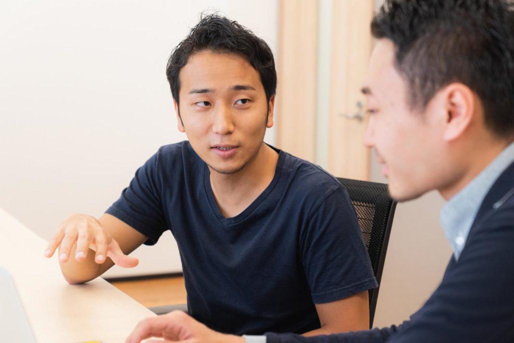 堀江さんが、タケマルさんに話している様子の画像