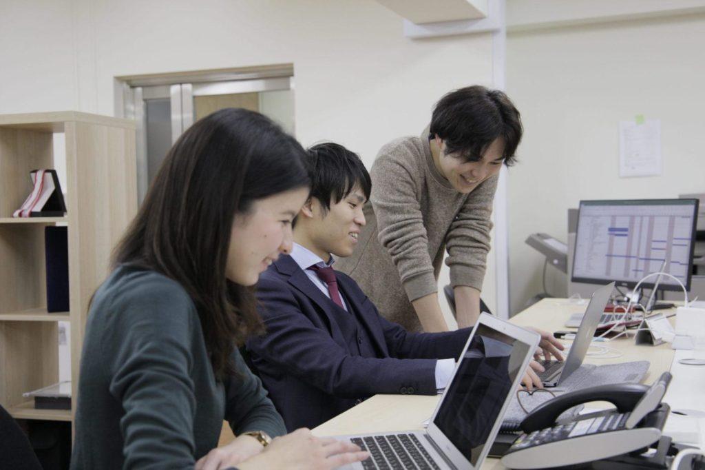 delyの社員の方が、パソコン画面を見て話している画像