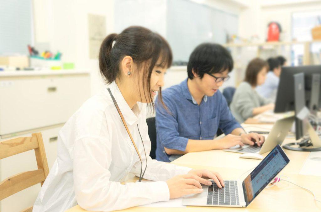 社員の方がパソコンで作業している様子の画像