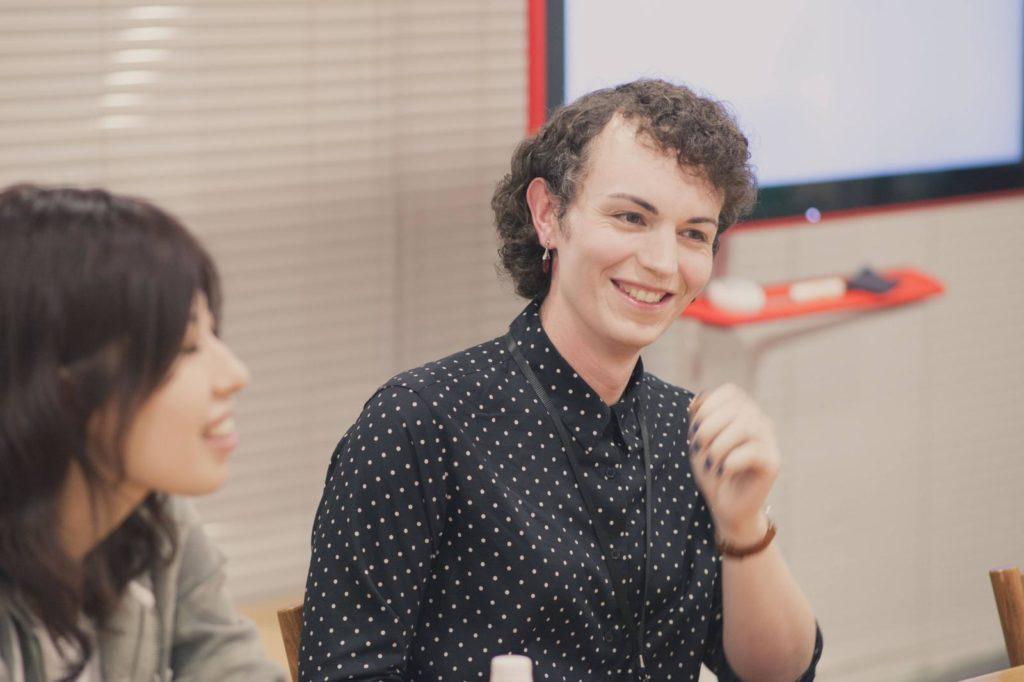 ローラさんが笑顔で話している画像
