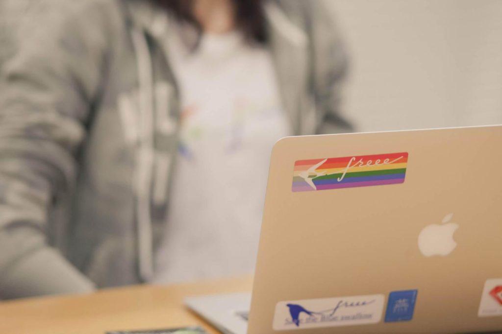 アライステッカーが貼られている吉村さんのMacbookの画像