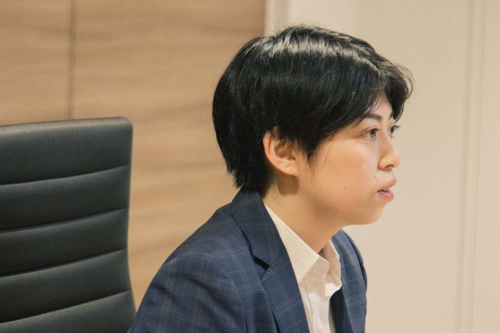井上さんが話しているところの横顔の画像