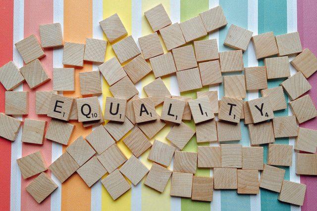 EQUALITYと書いてあるブロックが並べられている