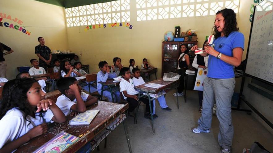 海外の小学校の授業風景写真