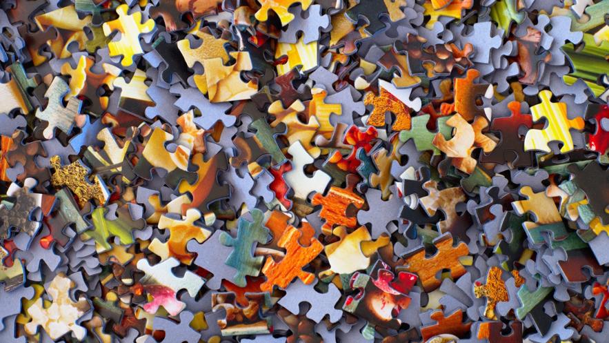 散らばったパズルピースの写真