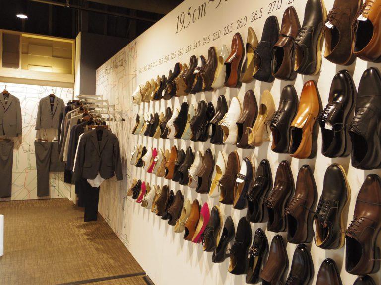 壁一面に並べられた革靴の画像