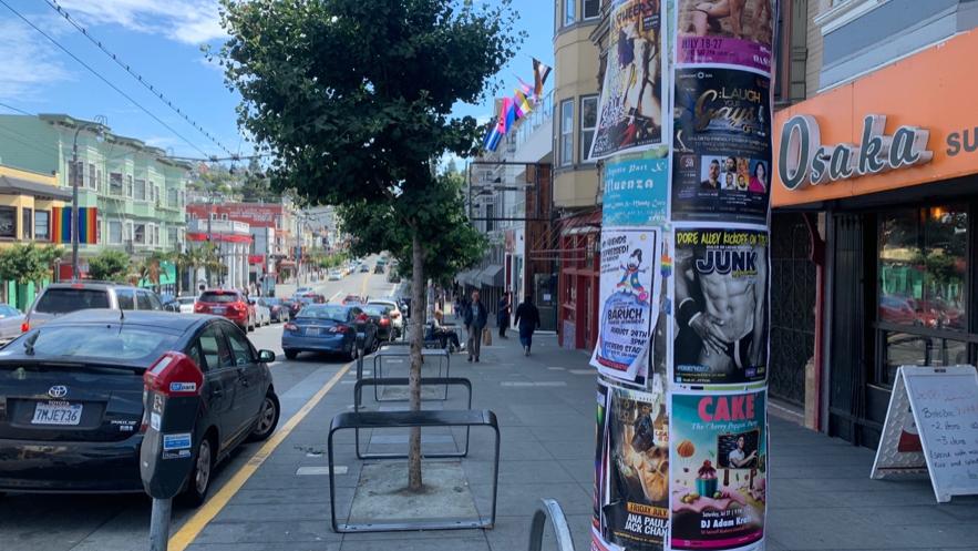 様々なドラァグショーのポスターが貼られた電信柱