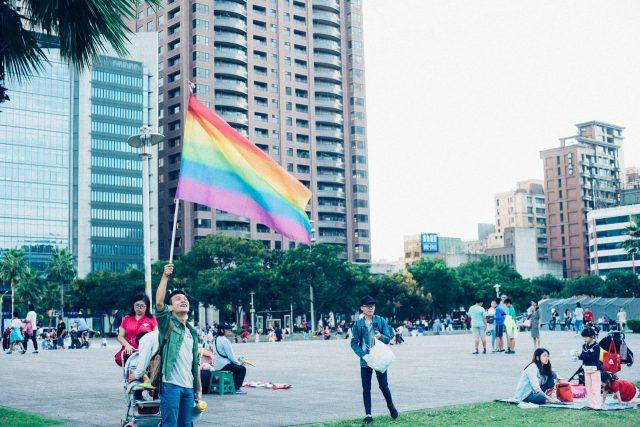 虹色の旗を掲げている人の画像
