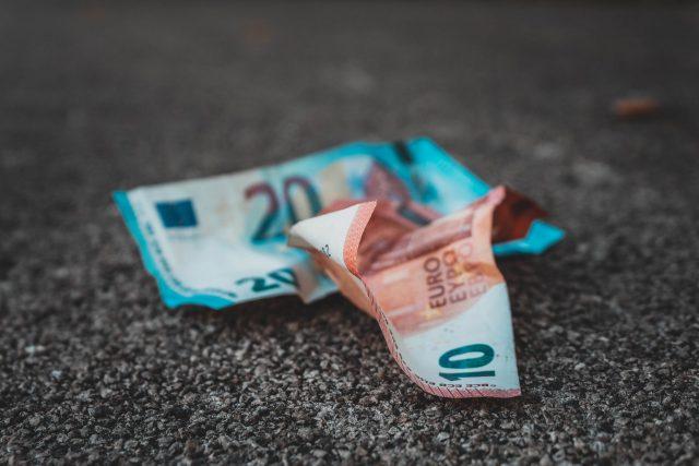 くしゃくしゃになったユーロ札の画像