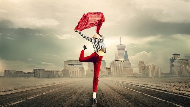 道の真ん中で踊る人