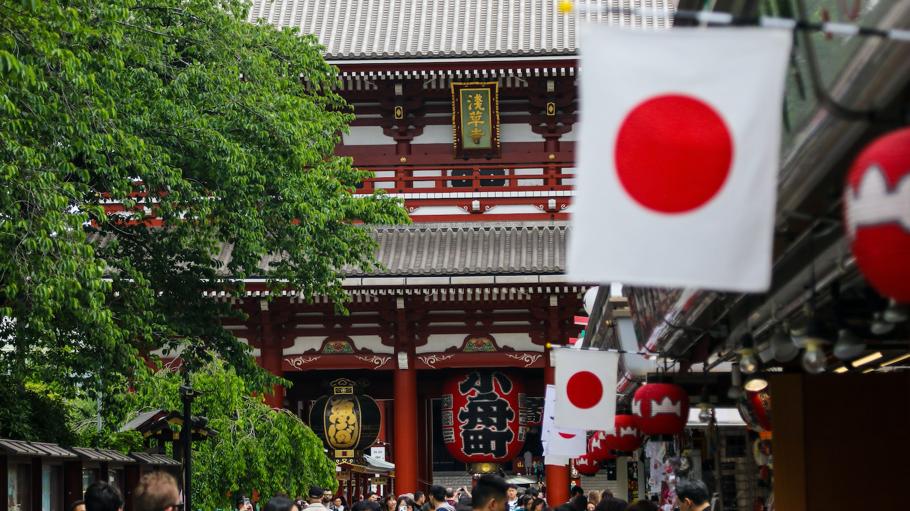 浅草寺の前の、日本国旗が掲げられた道