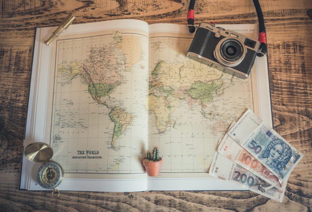 世界地図とカメラ