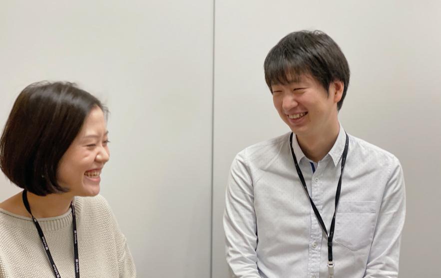 ソフトバンク株式会社の社員2人が笑顔で向かい合う様子