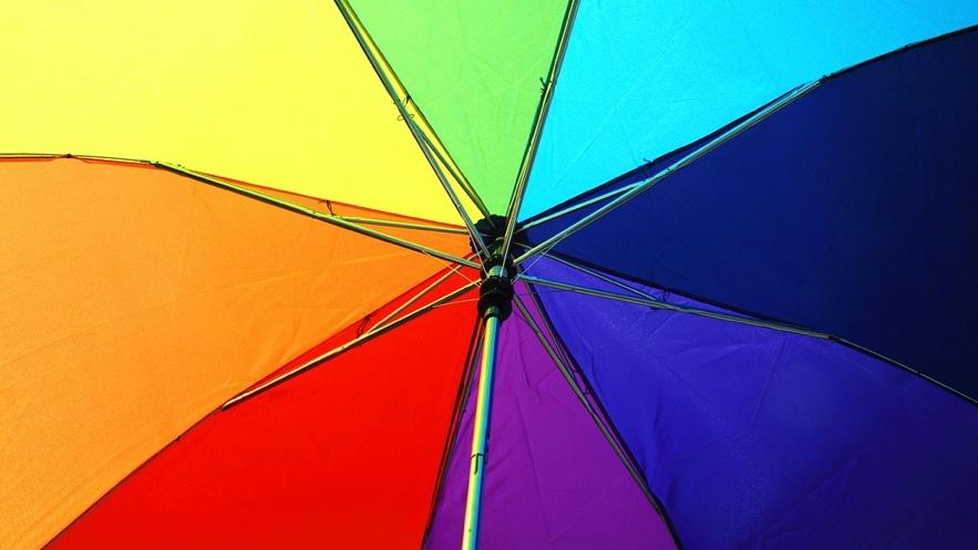 虹色の傘の画像
