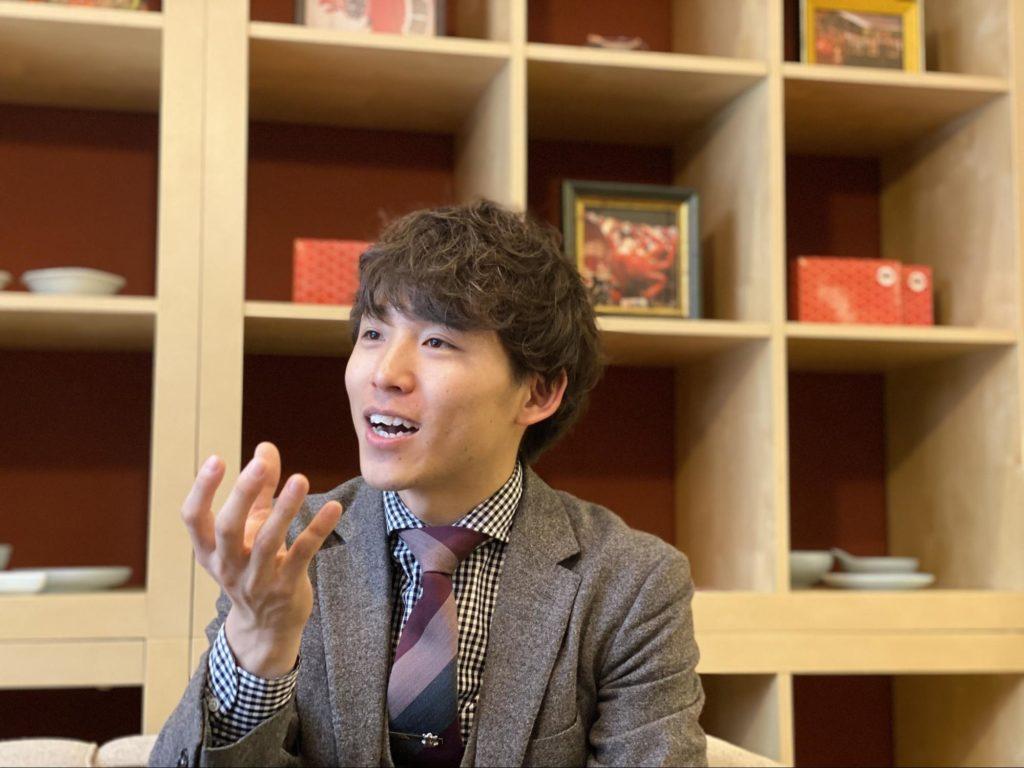 インタビューに答える田中さん