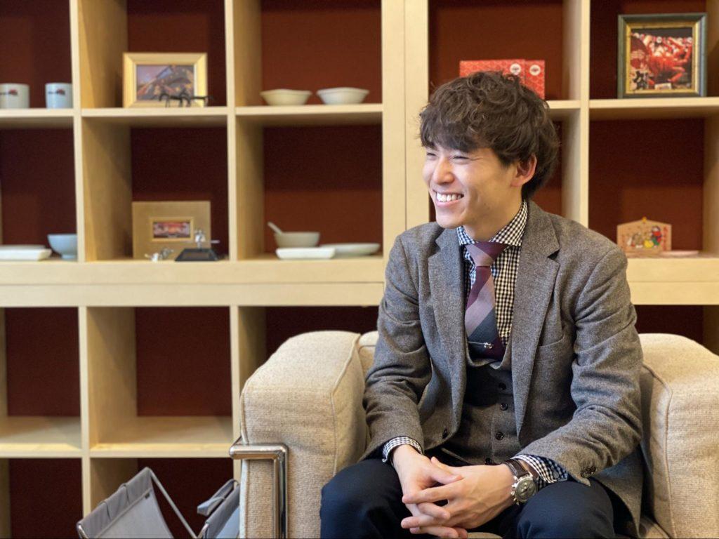 笑顔でインタビューに答える田中さん