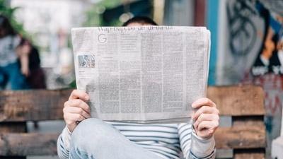 新聞記事を読む人