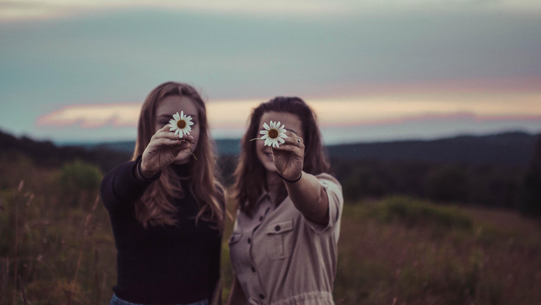 花を差し出して微笑む二人