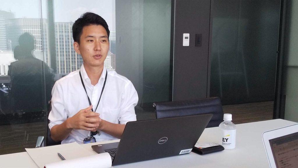 PCに向き合いインタビューに答えてくださる中田さん