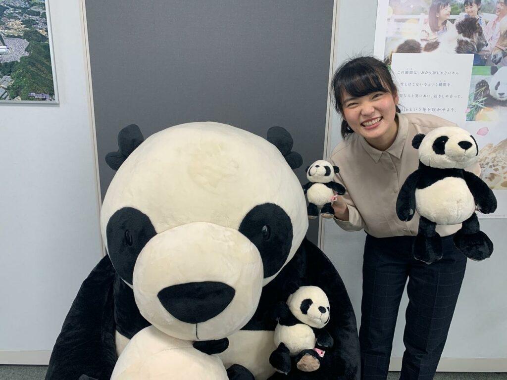 パンダと一緒に映るアワーズの社員