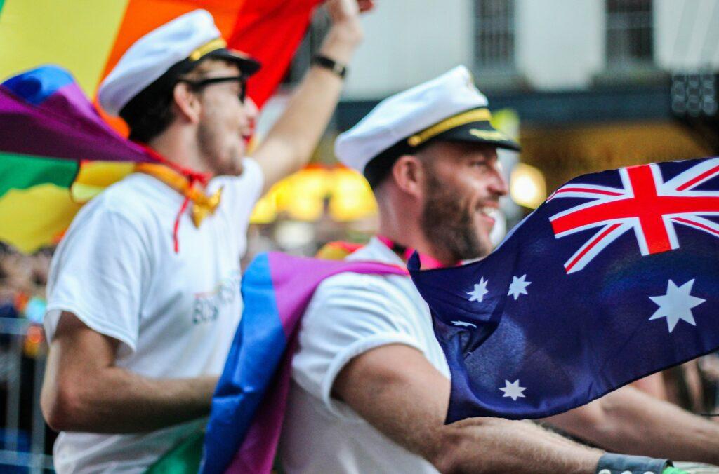 プライドパレードで旗を振るセーラー