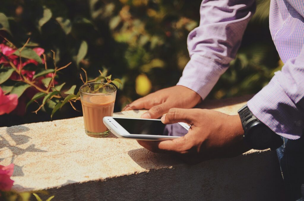 スマートフォンを両手で持つ人