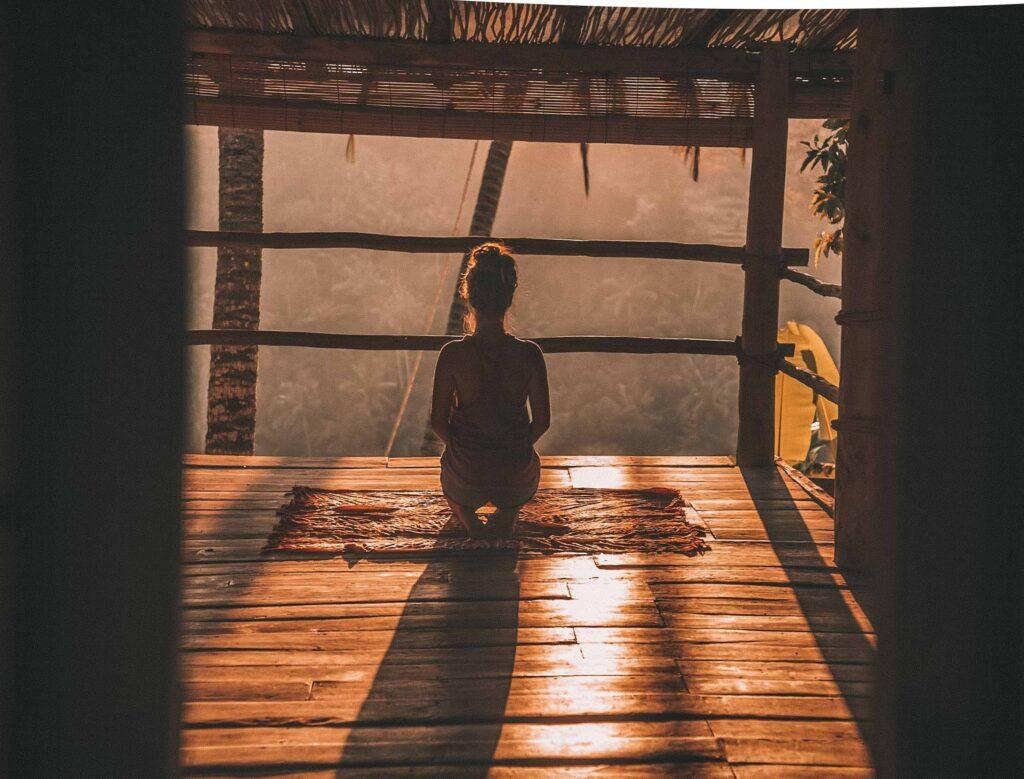 窓辺で瞑想する人